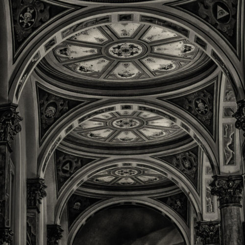 Black & white image of a bride & groom in a church